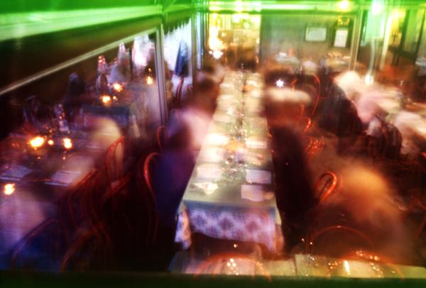 La photo qui dure le temps d'un repas, Sienne. 2000. © Sacha Lenormand